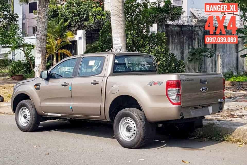 Bến Thành Ford! Giao xe Ford Ranger XL màu ghi vàng cho khách hàng. Ford Ranger XL 4x4 MT. Động cơ 2.2L, 2 cầu điện. Giá xe chỉ từ: 580 triệu.